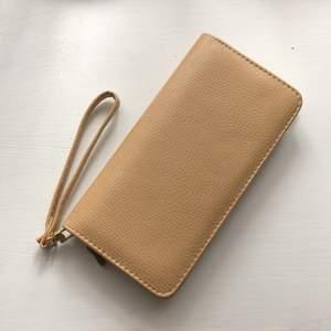 Beige plånbok knappt använd  fint skick köpt utomlands