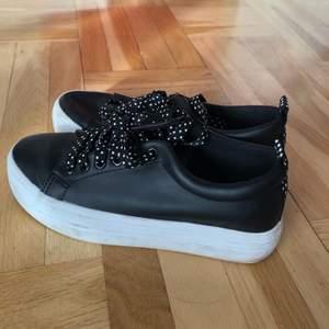 Supersnygga svarta skor med prickiga detaljer. Märket är Dorothy Perkins. Knappt använda så i bra skick förutom någon fläck på sulan. Osäker vilken storlek men passar mig som har strl 37