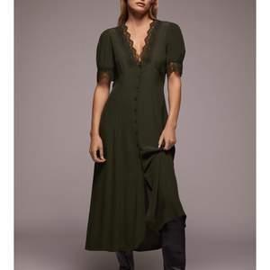 Säljer denna super fina zara klänning, helt oanvänd med prislappen kvar 🕺🏻💜