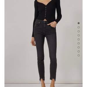 Säljer dessa fina låg midjade jeans som är slitna nere vid benen från Zara som tyvärr är för stora för mig. Köpta i sommars och är knappt använda i storlek 44.