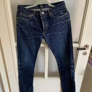 Jeans från A.P.C i okej men använt skick