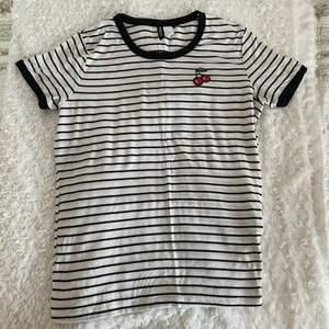 Randig tshirt från H&M med detalj🍒. Storlek M. Frakt tillkommer.