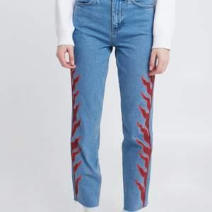 Boyfriend jeans med tryckt mönster på sidan. Storlek 34 men jag tycker den är stor i storleken. Använda 2-3 gånger köpta i London för 950 våren 2020