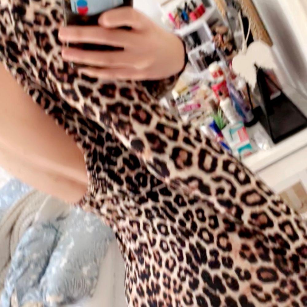 Super fin långärmad klänning med djup rygg. Jätte skönt och svalt material, perfekt nu i sommar! 🐆🐆 stl S. Klänningar.