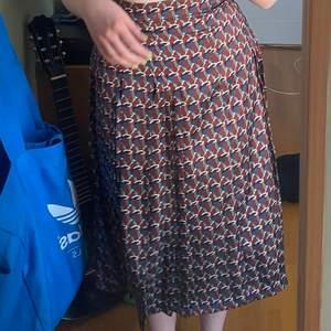 Säljer denna vackra somriga kjol med anledningen att den tyvärr inte är min stil. Den är hög i midjan men man kan vika in den mycket simpelt och den har en dragkedja! 💕 Jag är 1,70 🥰