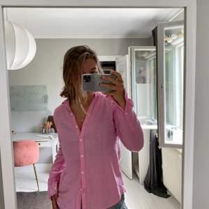 Snygg linneskjorta i en härlig färg. 100% linne och jätteskön över en bikini eller till en kjol eller liknade på sommaren! Även superfin annars. Storlek 34💕