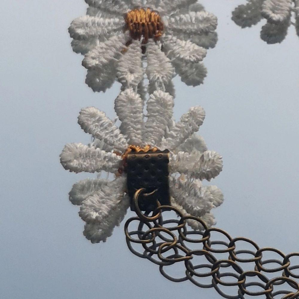 Justerbart armband med blommor på. En av blommorna har en liten försumbar defekt som syns på bild 3. Annars är det i gott skick. Frakt vanligt brev (ej spårbart) är inräknat i priset. Kan ordna spårbar frakt men det kommer kosta extra. Svara inom TRE dagar annars säljs den vidare om andra är intresserade 🌼. Accessoarer.