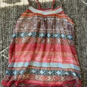 En mönstrad linne i bohemian style i väldigt bra kondition. Inte cropped.