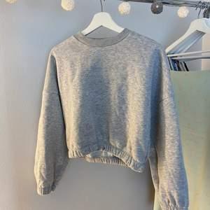 """Grå fin sweatshirt som de står med deskret broderad grå text """"lovely"""" på bra skik, FRAKT TILLKOMMER (kund betalar för frakt ej gratis!)"""