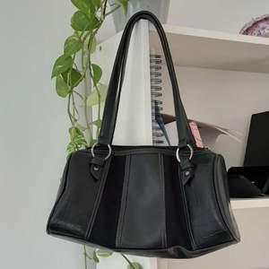 Säljer denna svarta väska köpt second hand då den inte kommer till användning längre. Varit mitt favorit! Skriv för fler bilder. BUDA!