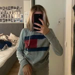 Grå hoodie från Tommy Hilfiger som ser lite
