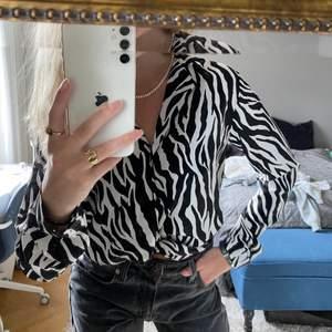 Supersnygg skjorta med zebraränder!🦓💜 superfint skick!! Bara att skriva om du har några frågor eller funderingar❤️🔥