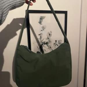 Nyköpt grön väska som ej kommer till användning. Nyskick och ganska rymlig!:) väldigt fin grön färg