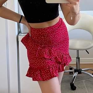 Säljer en jättefin röd, prickig kjol från shein då jag råkade beställa 2. Jättebra passform och material! Stl S. Om fler är intresserade blir det budgivning i kommentera💖