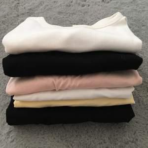 6st basic tshirt från hm. Strl M på alla. En svag fläck bak i nacken på den gula, tre pytte små fläckar på en av dom vita och fläckig halsring på ribbad vita. Har inte testat fläckborttagning.
