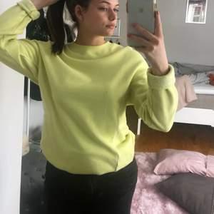 Neon gul sweatshirt från Hollister i bra skick. Är en xs men sitter som en S