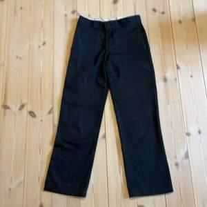 Dickies workpants i mycket bra skick. Liten i storleken i midjan, motsvarar ca 29/32 i jeans. Ganska vid passform.