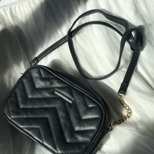 En handväska i fakeläder, stilren och i mycket bra skick.