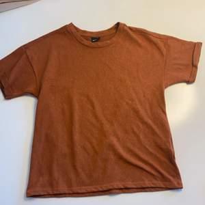 Orange/brun t-shorts från Ginatricot