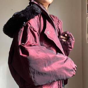 Så najs jacka med svart fakepäls på luvan. (Luvan är avtagbar) köpt secondhand, köparen står för frakt💕