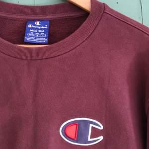 Vinröd Champion tröja. Fint skick. Storlek M. 250 kr + frakt.