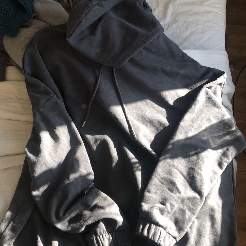 Oversized mörkgrå hoodie, med luva. Stretch nertill och i ärmarna🖤 kan frakta också! (köparen står isåfall för frakten). Tröjor & Koftor.