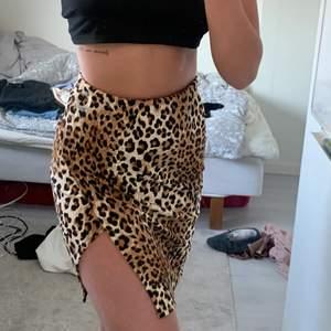 Leopard kjol med slits🤎🖤💛Köpt i USA och använd 1 gång! St S men skulle säga passar från Xs-M