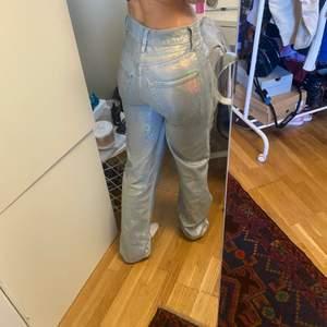 Säljer mina skit snygga holygraphig jeans från ASOS, jag har sytt om de till lågmidjat😍