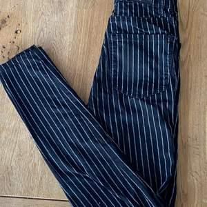Snygga svart vita randiga jeans i storlek 32 från Stradivarius. Väldigt snålt använda men det finns inget fel på dem. Vid intresse eller önskan om fler bilder, hör av er🖤🖤