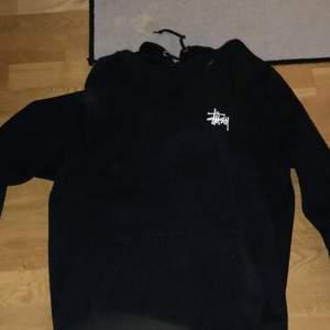 Säljer en rikigt fin svart stussy hoodie i storlek M som är inte använd så mycket! Cond 9/10