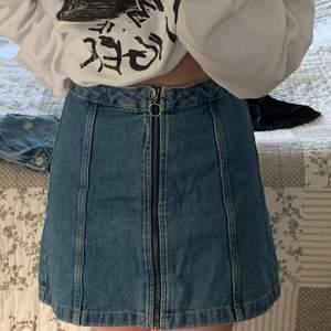 Jeans kjol med dragkedja hela vägen! Den är jättefin men passar inte mig, och har inte använt den så mycket!🤍