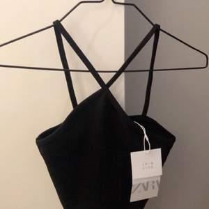 Säljer detta linne med korsade band i storlek S från zara! Det är oanvänt med prislappen kvar💞💞💕💞