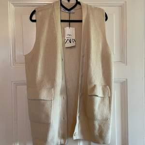 Trendig stickad väst från Zara. Aldrig använd, prislapp kvar. Lite stor i storleken. Frakt tillkommer