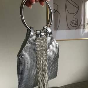 Säljer denna lilla väskan jag hade på balen. Otroligt söt och liten som passar för särskilda tillfällen