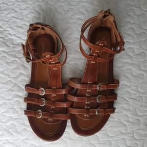 Säljer dessa bruna sandaler I storlek 38. De är använda en del men fortfarande i fint skick.