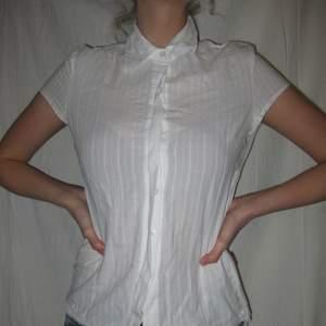En tunn, vit skjorta/blus i bra skick! Passar st xs/s. Köparen står själv för frakten🌹 /Alva
