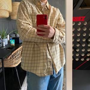 Rutig vintage skjorta i beige med bruna streck!