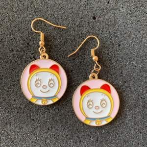 Dorami (från Doraemon) Örhängen i nyskick, oanvända, 45kr inklusive frakt 🪐 👩🏼🚀 ‼️  kan byta till nickelfri krok för extra 5kr (guldfärg) ‼️🚀följ min Instagram för 2kr rabatt 😉