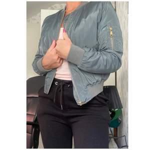 Snygg och skön bomberjacka! Passar en XS/S. Endast 70 kronor då det är ett hål i fickan på jackan. Kan mötas upp i Göteborg annars står köparen för frakt💚.