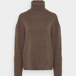 Säljer en brun stickad tröja från Arket i kashmirmix. Tröjan är i storlek S och är superskönt, samt gott skick! Köpt för 1900 kr säljer för 850 kr inkl frakt 🙌🏼