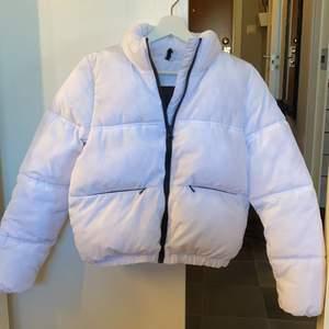Säljer min jacka från H&M, ny skick, endast använd ett fåtal gånger. Strl XS. Katt finns i hemmet. Frakt betalas av köparen