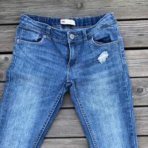 Low waist vintage Levis jeans som passar någon som är ca 160 och har stl 32-34. I ny skick. Köpta i USA. Frakt inte inkluderat💕 säljer pga att de är för små för mig. väldigt bra pris för vintage Levis! Andra säljer liknande till upp emot 1000kr! Om många är intresserade blir det budgivning💖