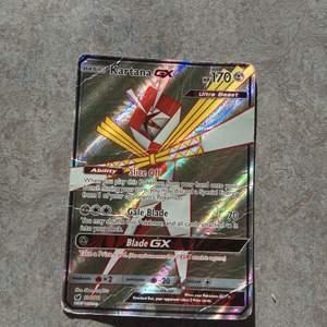 En rare Pokémon kort, mycket glittrig och lysande du kan omsälja den för 90-100kr. Den kommer också med en plast ficka för att skydda kortet mot smuts och skada ❤️