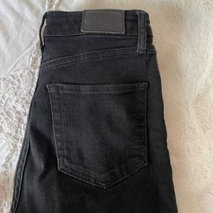 Svarta utsvängda jeans som är köpta på urbanoutfitters. BDG jeans med storlek 26 i midja och 28 i längd. Motsvarar 34/36 i storlek. Högmidjade.