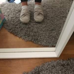 Ljus beiga skor som knappt är använda!