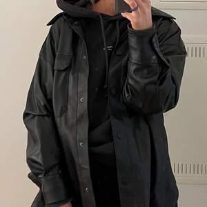 Säljer denna fina fakeläder skjorta/jacka från H&M. Köpte den förra året och den är i jättebra skick. Jag är 170cm och har vanligt vis S/M men denna är i M/L och jag tycker den sitter snyggt oversized!!