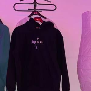 Säljer nu min supreme box kross logo hoodie som är använd men inte skador och ser ut som en ny😍