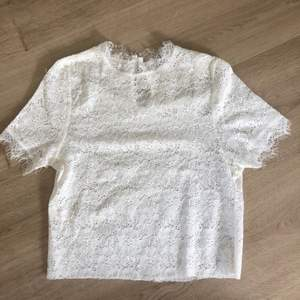 Säljer nu denna spetstoppen i färgen vit, den sitter väldigt fint, jag har klippt den kortare vid magen så den är nu en topp istället för en t-shirt. Väldigt bra skick, den har knäppe i nacken. Frakt tillkommer🙂