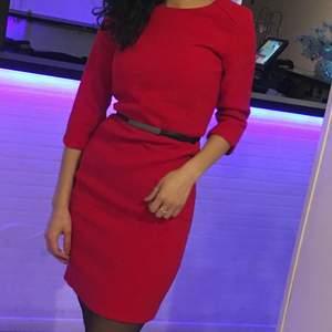 Röd klänning från Mango i storlek S. Använd max 1-2 gånger, skärpet medföljer.