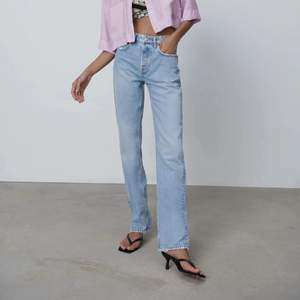 Mid rise straight jeansen från Zara som är såå populära men helt slutsålda. Jag är 170 och har 36 och som ni ser går de verkligen över skorna som man vill att de ska! Skulle såga att de är ganska låga i midjan.